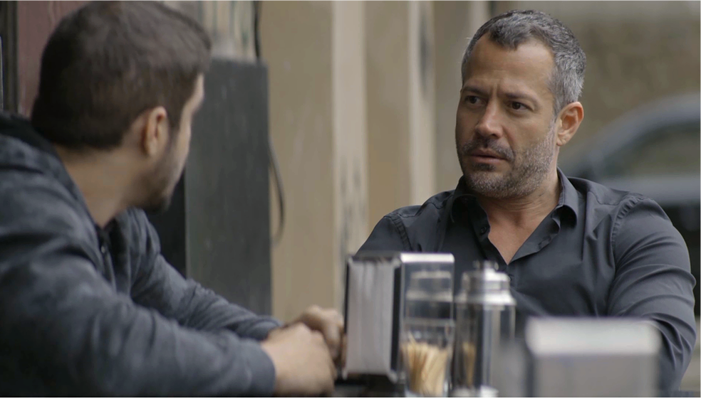 Em 'A Dona do Pedaço', Agno (Malvino Salvador) explica a Rock (Caio Castro) o plano para deixar Josiane (Agatha Moreira) pobre — Foto: TV Globo
