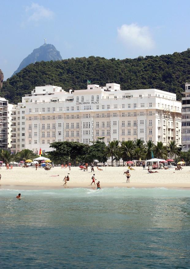 Fachada do hotel, na beira da praia de Copacabana (Foto: Divulgação)