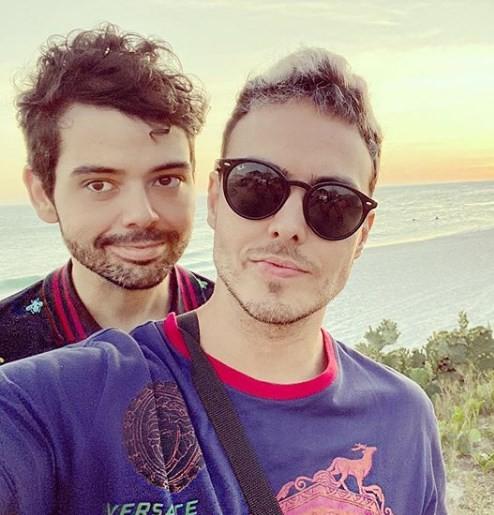 Gustavo Mendes com o namorado, Paulo Guerra (Foto: Reprodução)