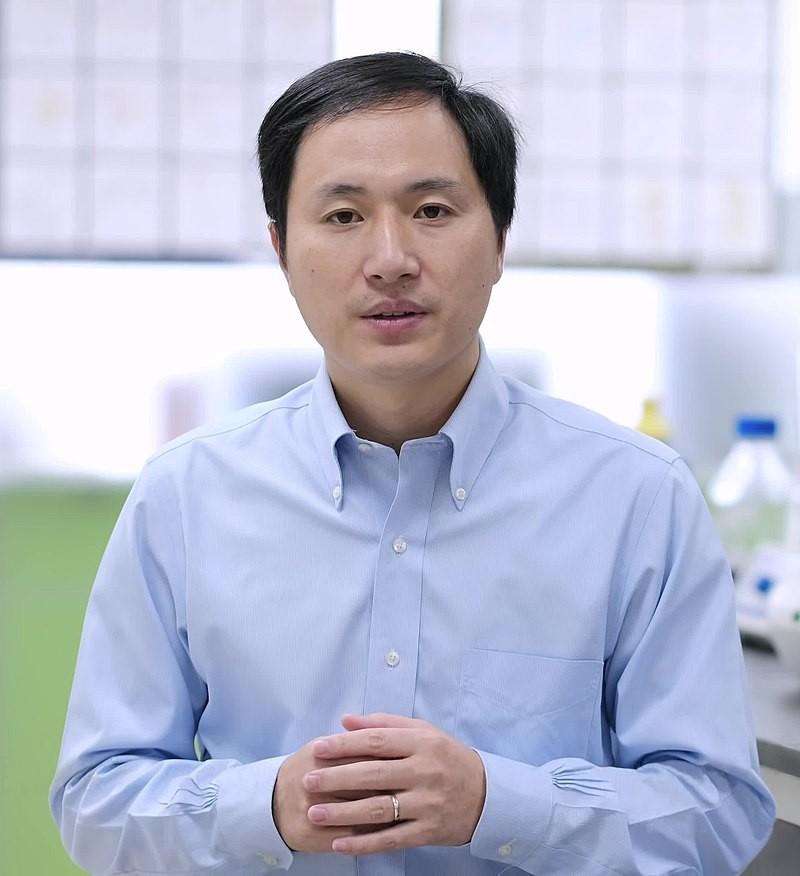 Alvo de críticas devido à falta de ética, o  cientista chinês He Jiankui, criou os primeiros bebês modificados do mundo (Foto: Wikipedia Commons)