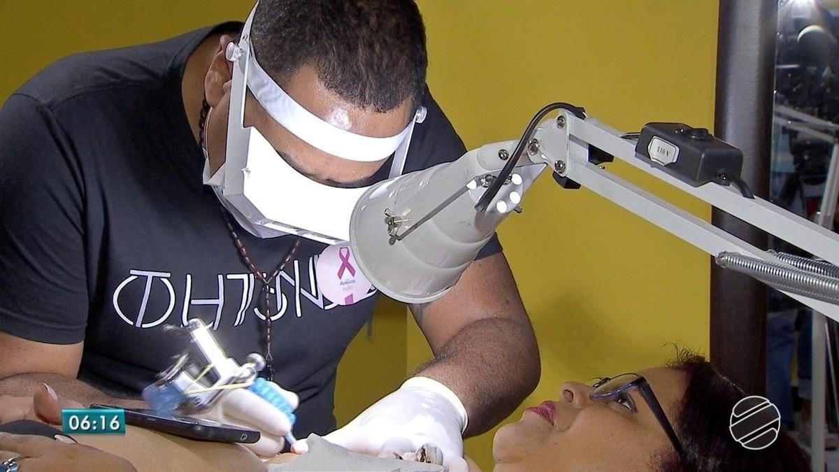 Mulheres em MS encaram tatuagem para cobrir marcas deixadas pelo câncer
