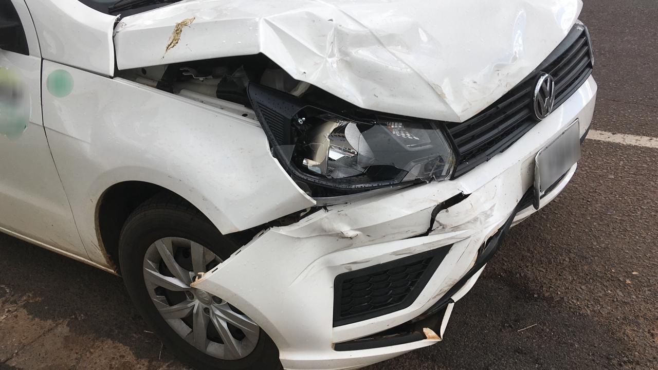 Batida entre dois carros é registrada em cruzamento de Dracena