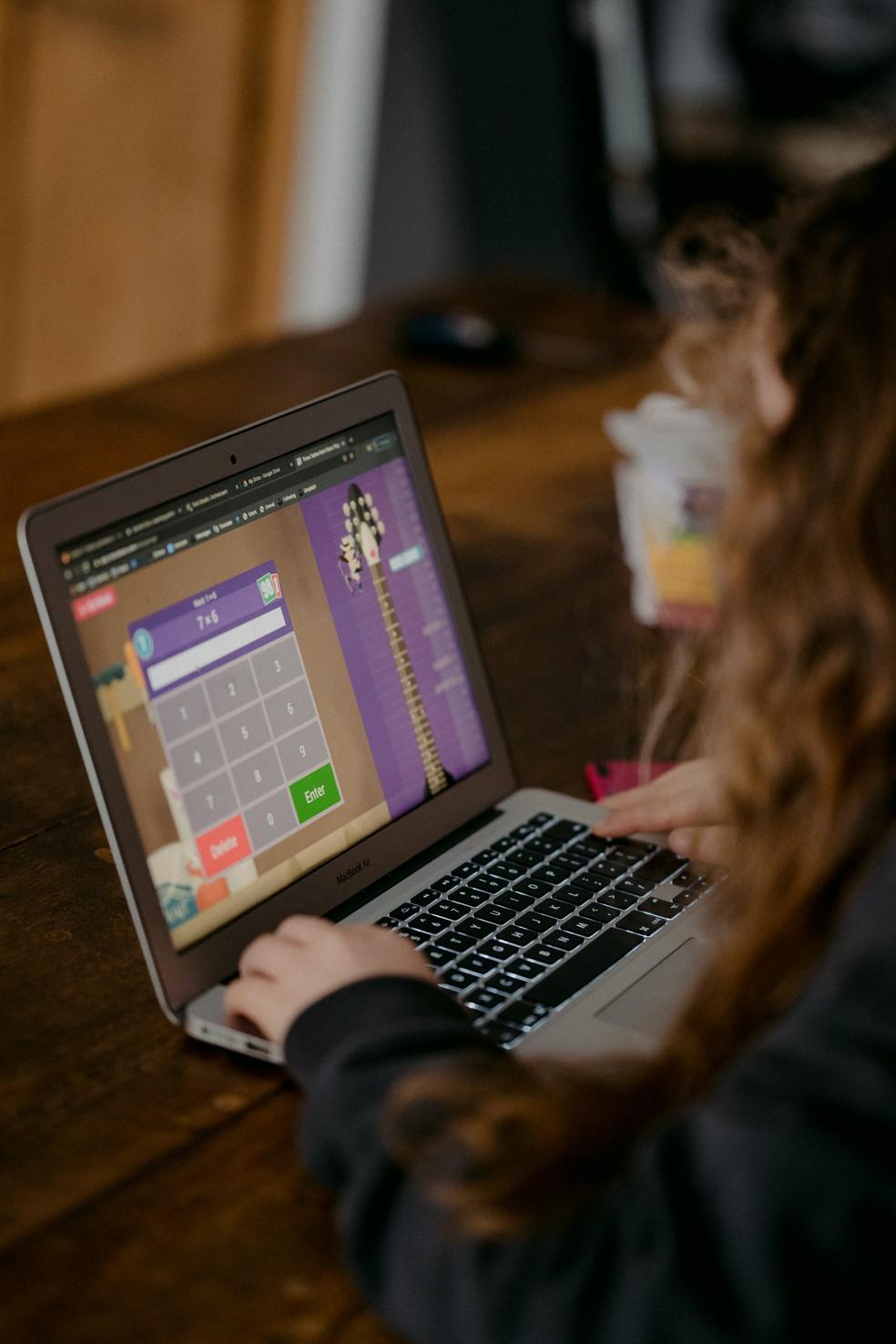 Estudante no computador em aula online, em imagem de arquivo — Foto: Annie Spratt/Unsplash