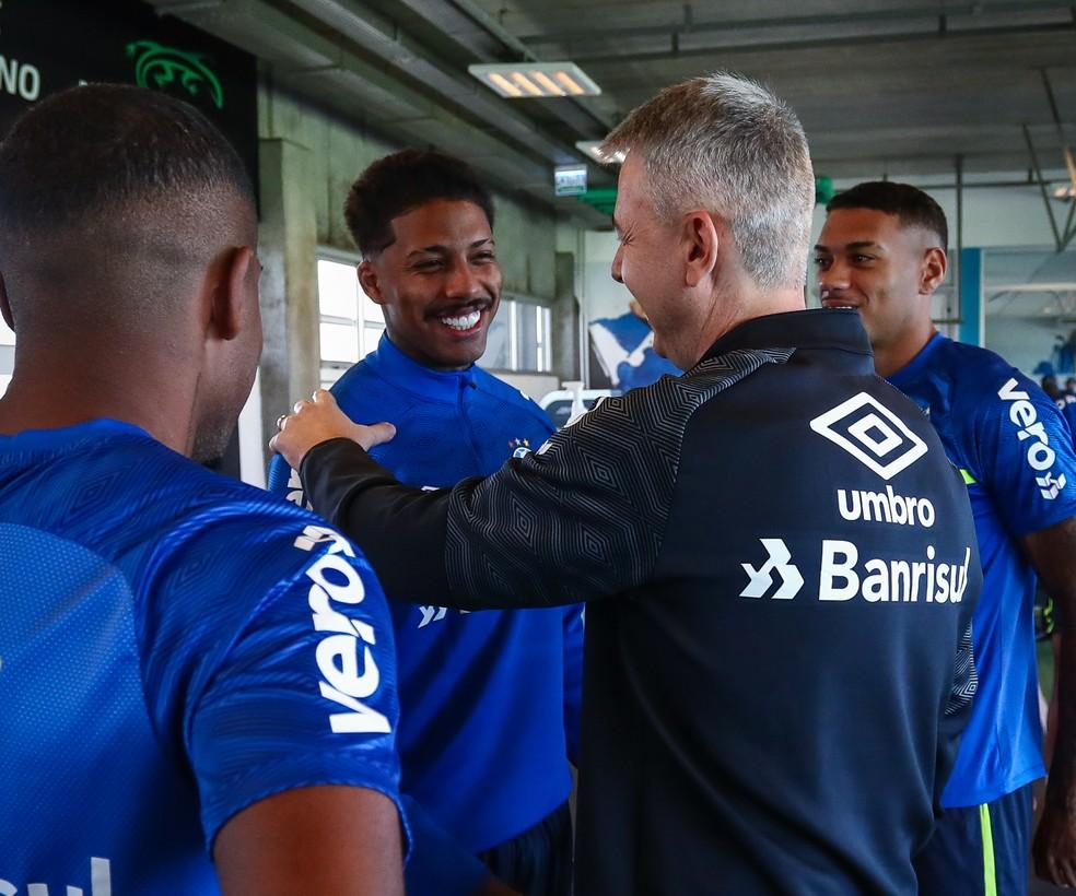 Jean Pyerre e Tiago Nunes na academia do Grêmio — Foto: Lucas Uebel/Grêmio