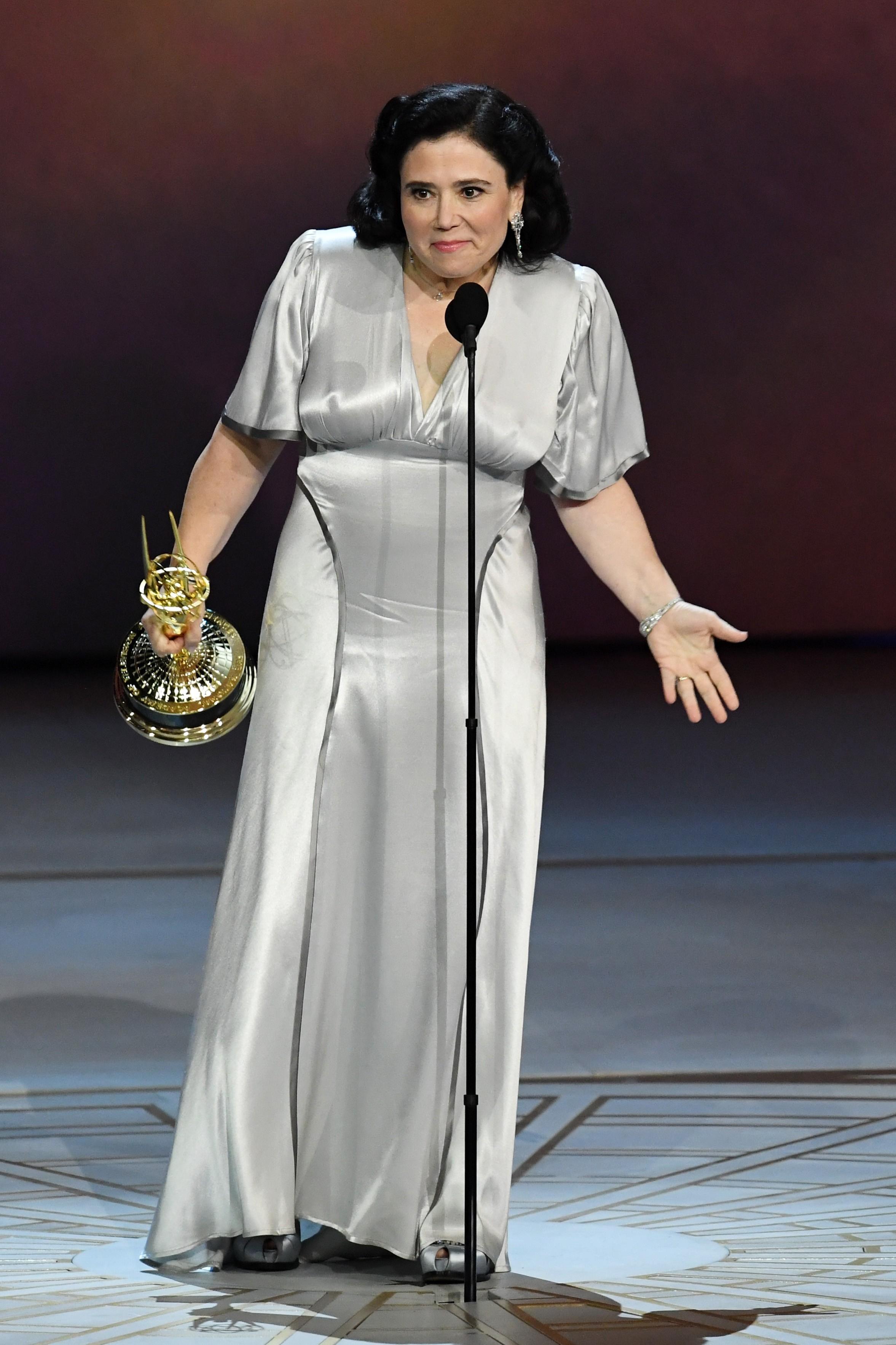 A atriz Alex Borstein na cerimônia do Emmy com seu antigo vestido de casamento (Foto: Getty Images)