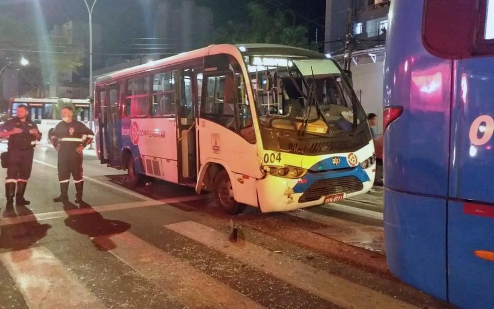 Acidente envolvendo dois micro-ônibus, moto e caminhonete deixou feridos no Recife — Foto: Marjorye Cavalcanti/TV Globo