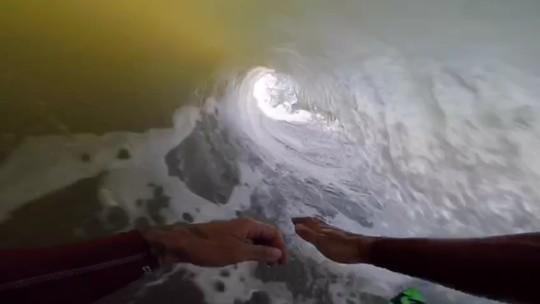 Expedição de Scooby na Namíbia tem tubos longos e resgate a bodyboarder