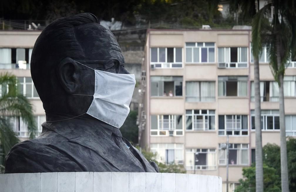RJ, 12/05/2020 Estátua de Getúlio Vargas aparece de máscara — Foto: Marcos Serra Lima/G1
