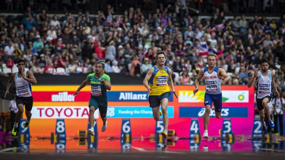 Descrição da imagem: Fábio Bordignon corre a final dos 100m T35 ao lado de outros três concorrentes para um estádio lotado (Foto: Marcio Rodrigues/MPIX/CPB)