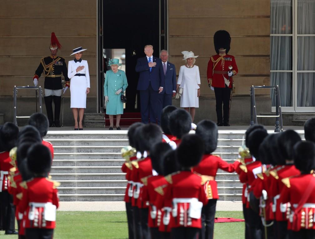 Presidente dos EUA, Donald Trump, e a primeira-dama, Melania Trump, participam de uma cerimônia de boas-vindas no Palácio de Buckingham, em Londres, nesta segunda-feira (3)  — Foto: Simon Dawson / Reuters