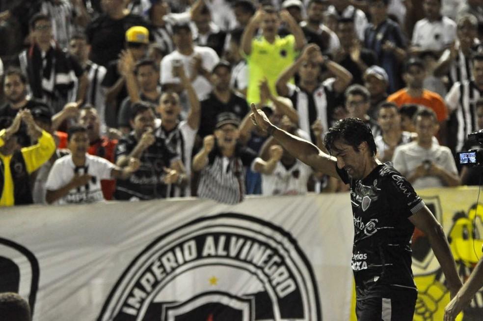 Leandro Kível marcou o gol que deu a vitória do Botafogo-PB sobre o Atlético-AC (Foto: Pedro Alves / GloboEsporte.com)