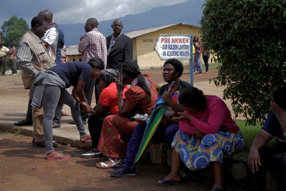 Famílias de estudantes sequestrados em Camarões esperam por notícias — Foto: Blaise Eyong/Reuters