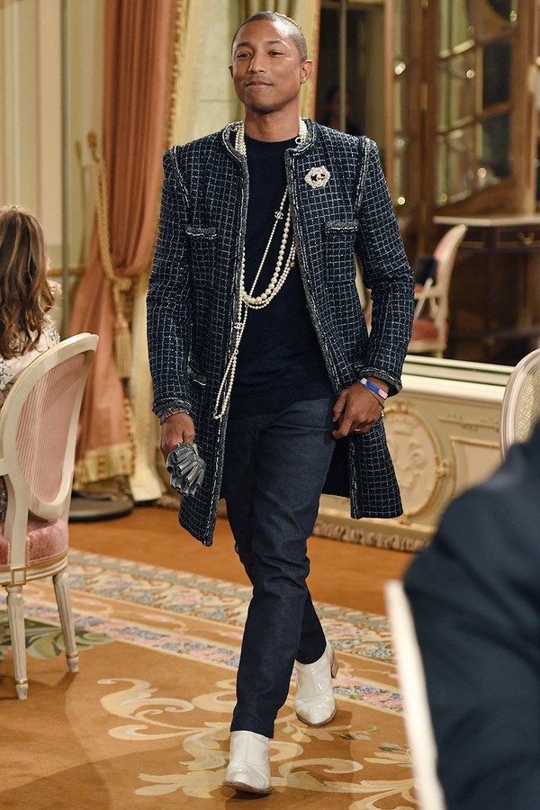 Esse é um dos looks Chanel mais icônicos já vestidos pelo artista.  (Foto: Getty Images)