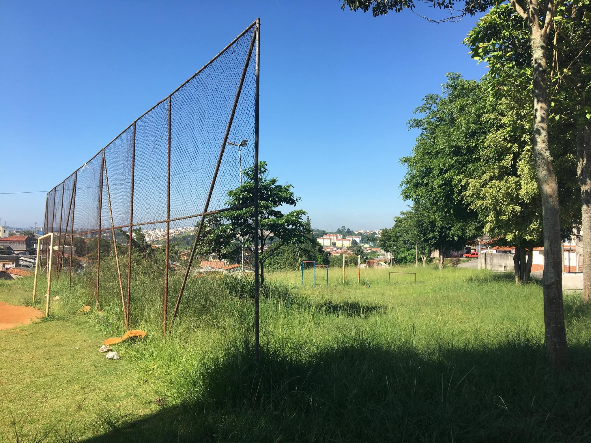 Moradores reclamam de mato e falta de equipamentos em praça de Mogi
