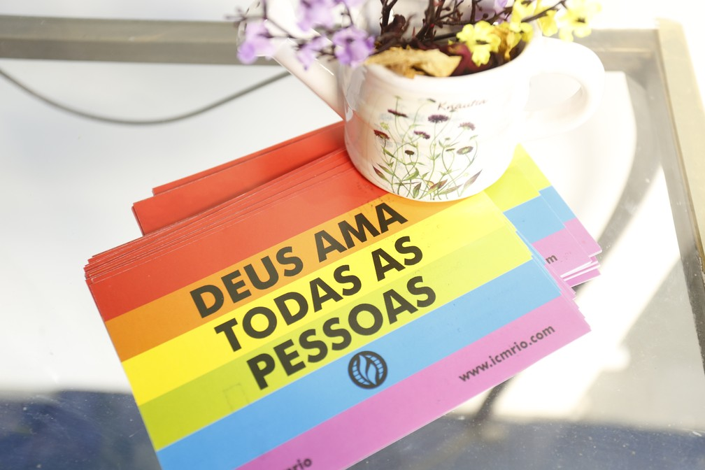 Panfleto de boas-vindas na Igreja da Comunidade Metropolitana do Rio de Janeiro: Deus ama todas a pessoas — Foto: Marcos Serra Lima/G1
