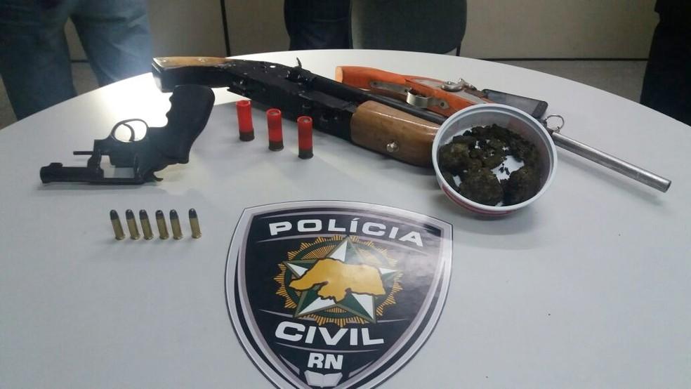 Foram apreendidas duas garrunchas de fabricação caseira, um revólver e munições (Foto: Divulgação/Polícia Civil)