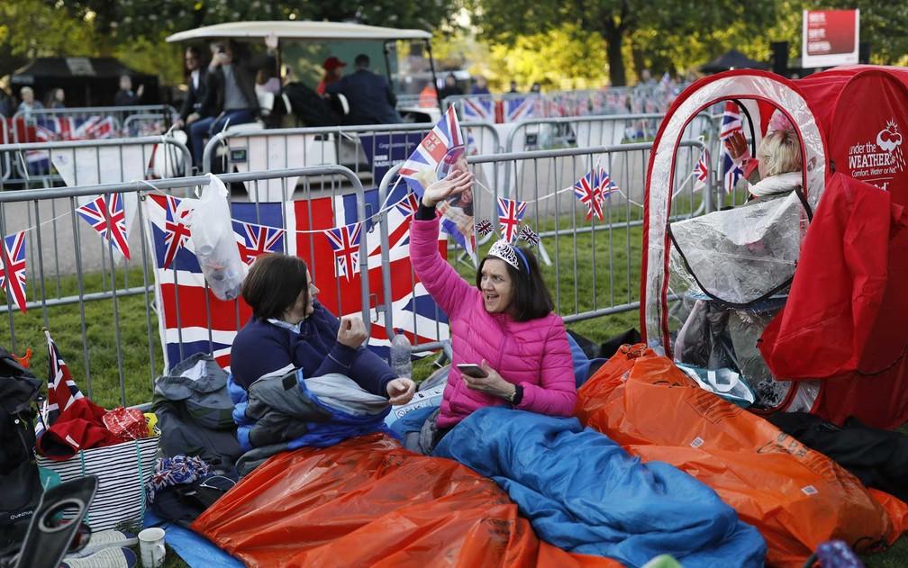 Para garantir lugar britnicos dormiram na regio onde ir passar a carruagem com o prncipe Harrye e a atriz Meghan Markle Foto Tolga Akmen  AFP Photo