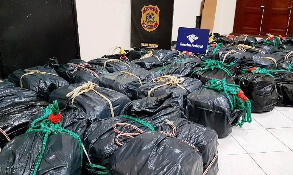 Criminosos içaram 41 bolsas pretas tabletes de cocaína ao navio 'Grande Francia' na Barra de Santos, SP (Foto: Divulgação/Receita Federal)