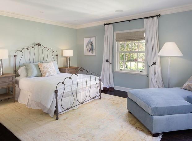 A decoração do quarto de hóspedes é simples e clássica (Foto: Berkshire Hathaway HomeServices/ Reprodução)