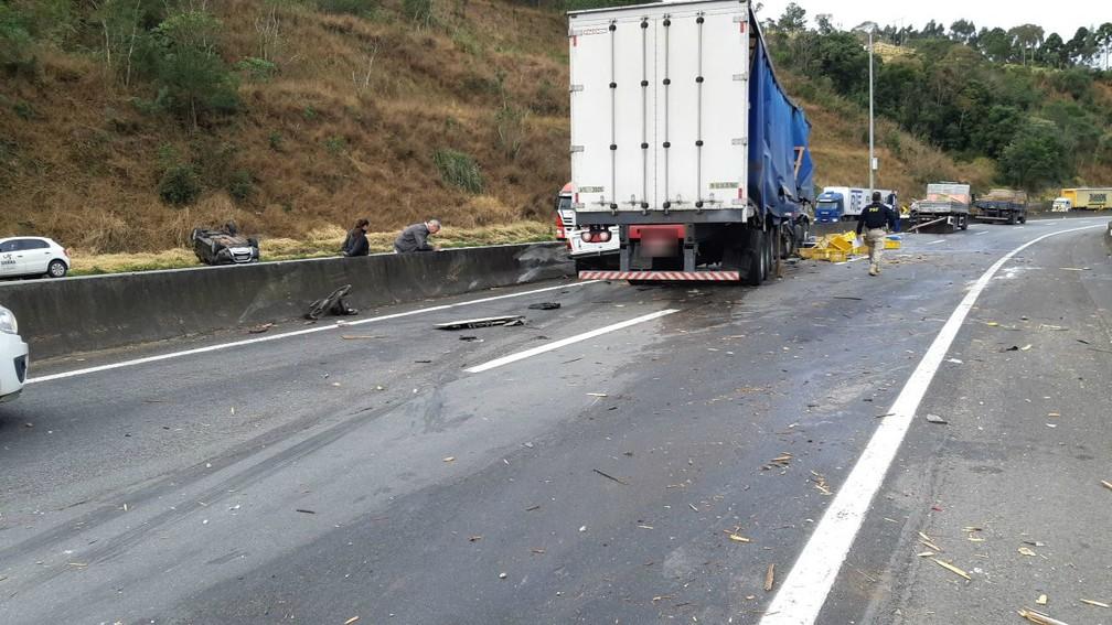 Acidentes interditaram trecho da BR-116, em Campina Grande do Sul — Foto: PRF/Divulgação