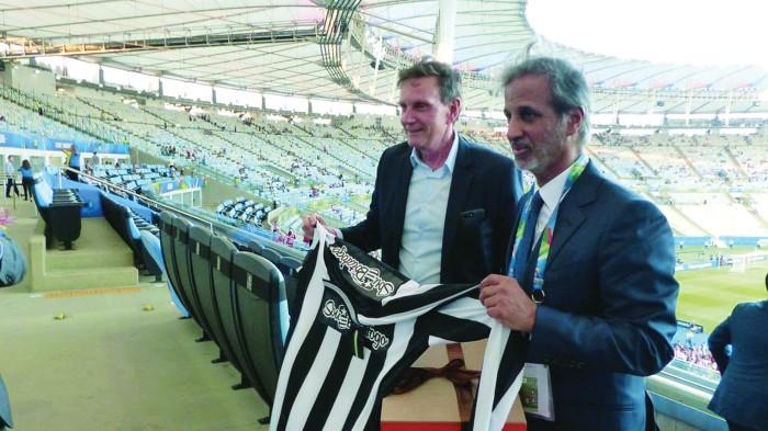 Hamad Al Thani, presidente da federação qatari, ao lado do prefeito Marcelo Crivella na tribuna do Maracanã