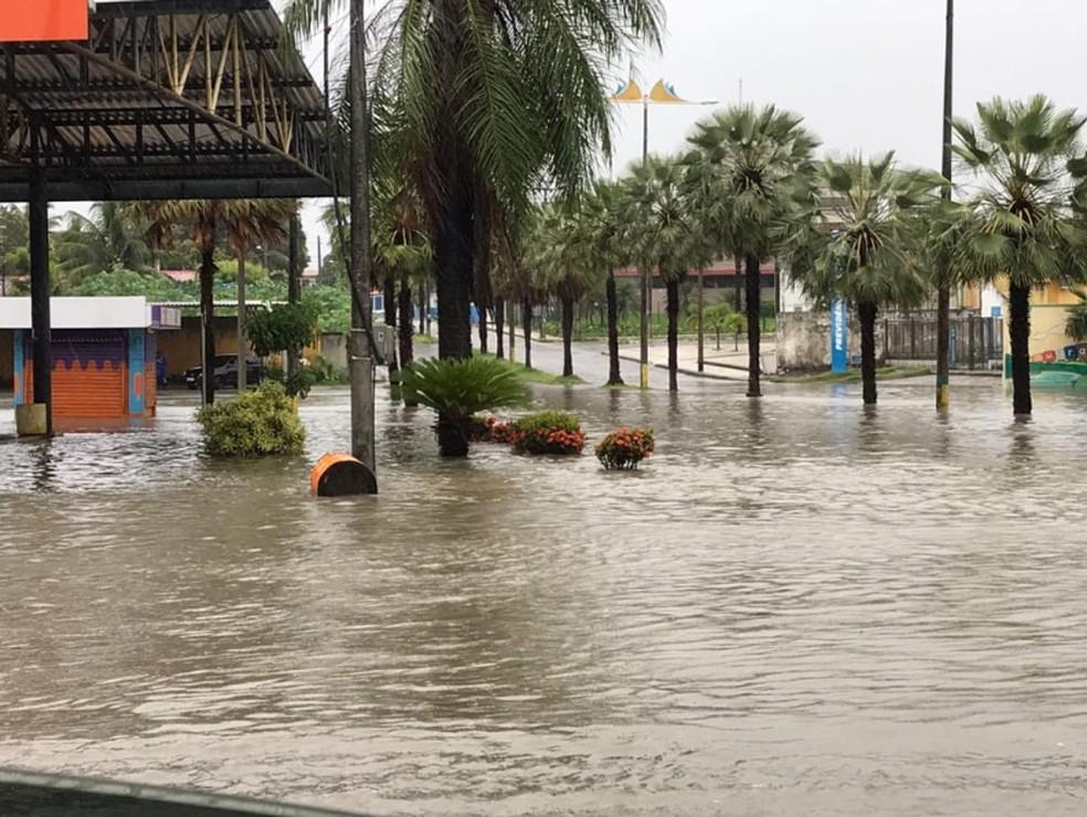 Acesso ao terminal rodoviário de Aquiraz. Água acumulada prejudicou pedestres e moradores. — Foto: Reprodução/TV Verdes Mares