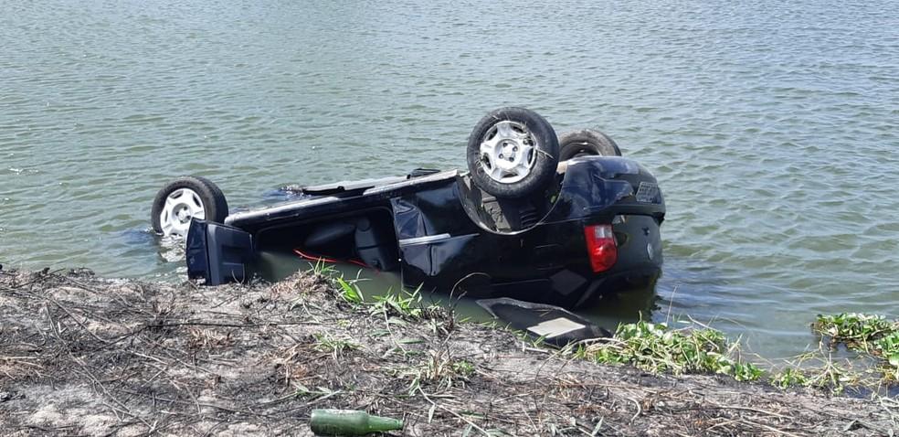 Carro caiu dentro de lagoa na Avenida Costa e Silva, também conhecida como Perimetral — Foto: Leábem Monteiro/SVM