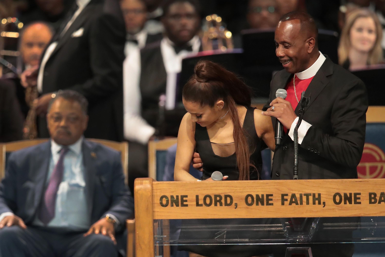 Bispo Charles H. Ellis III e a cantora Ariana Grande (Foto: Getty Images)
