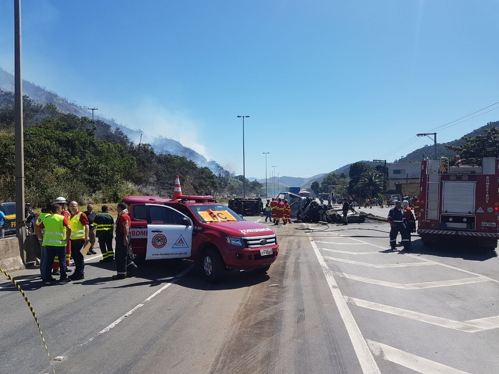 Bombeiros conseguem apagar chamas causadas por acidente (Foto: Leitor de A Gazeta)