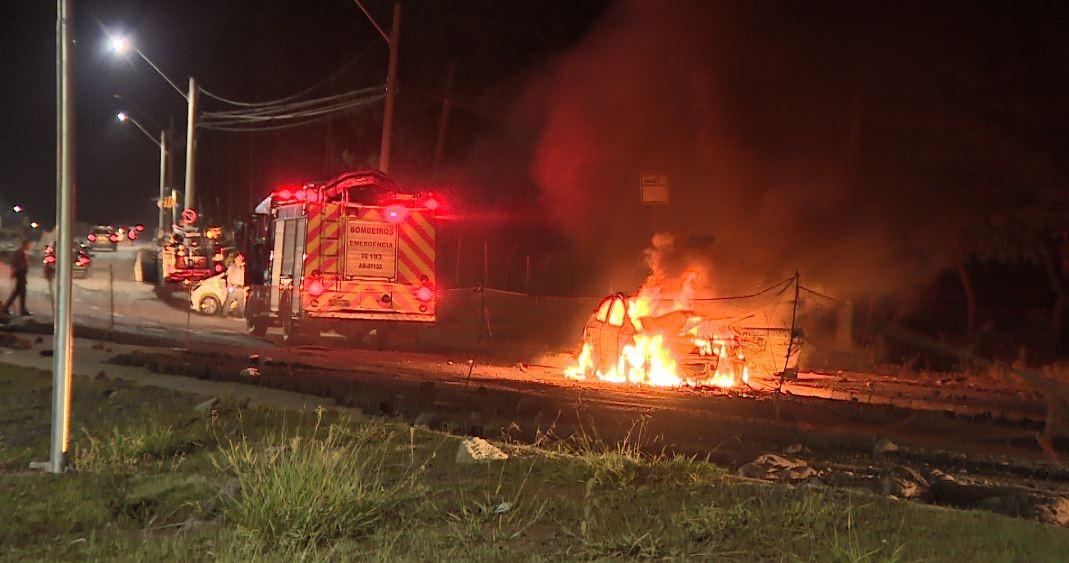 Carro pega fogo após batida durante perseguição policial em Campinas