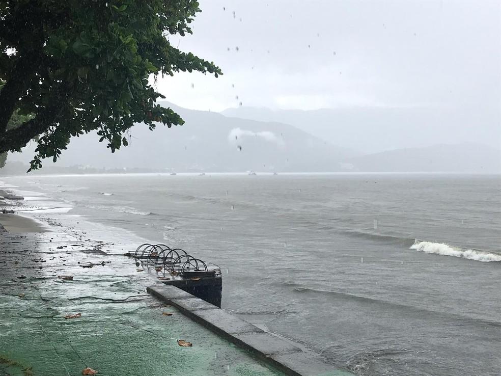 Maré está alta em Ubatuba. — Foto: Pedro Melo / TV Vanguarda