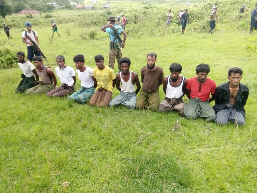 Dez muçulmanos Rohingyas são vigiados por militares de Mianmar na cidade de Inn Din no dia 2 de setembro de 2017 (Foto: Reuters)