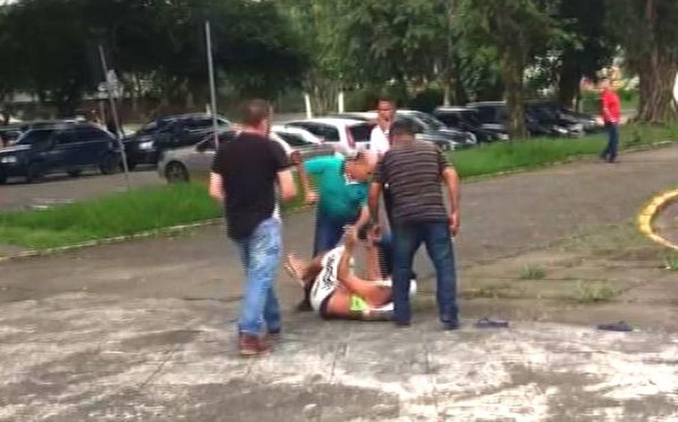 Vigilante foi agredido por servidores em Cubatão, SP (Foto: Reprodução/G1)