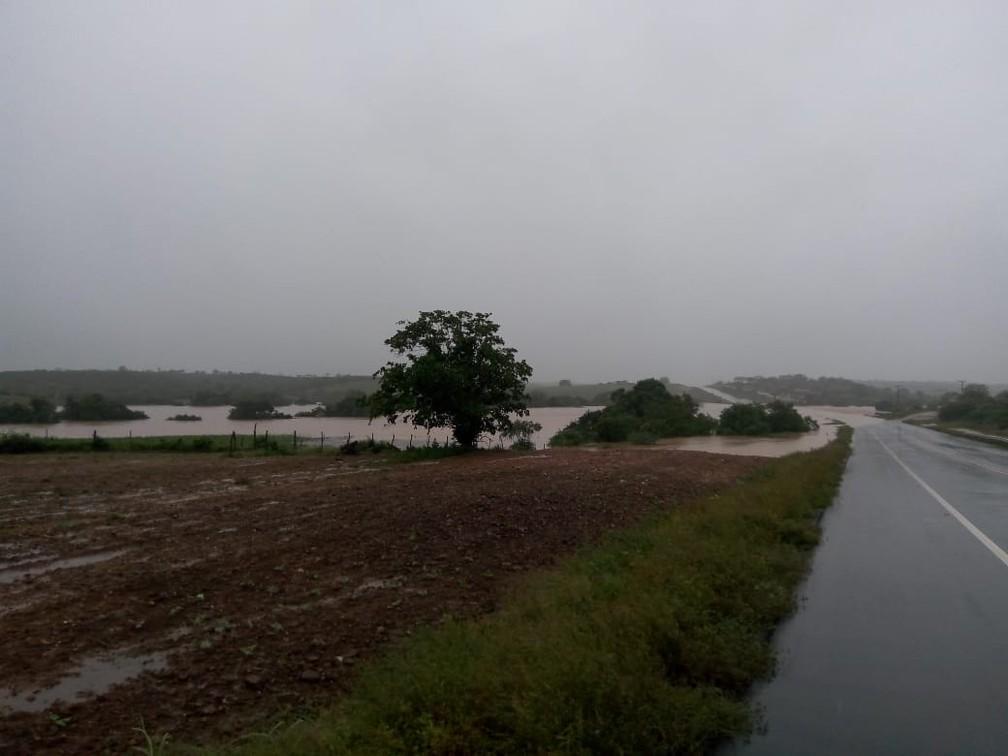 Prefeitura de Pedro Alexandre decreta situação de emergência e calamidade pública após água de barragem invadir casas — Foto: Arquivo pessoal/Gino Giubbini