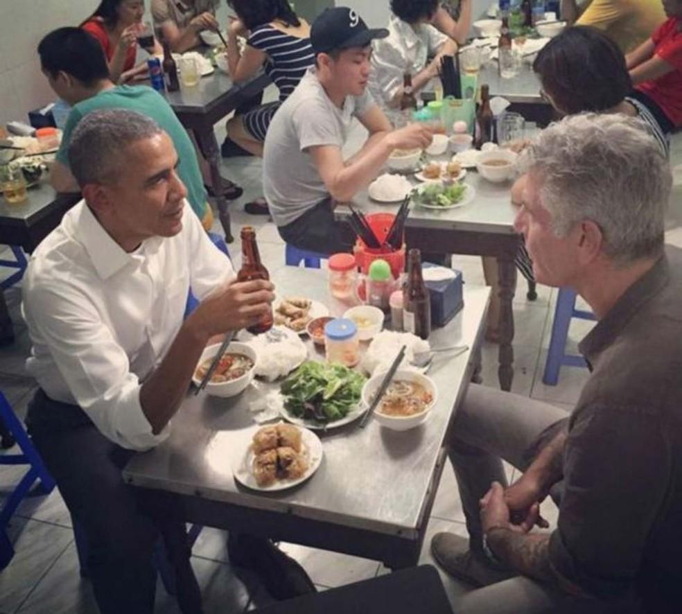Anthony Bourdain conversa em restaurante com o ex-presidente dos EUA, Barack Obama; no Instagram, a foto publicada pelo cozinheiro recebeu mais de 120 mil likes e milhares de comentários (Foto: Reprodução/ Instagram/ Anthony Bourdain)