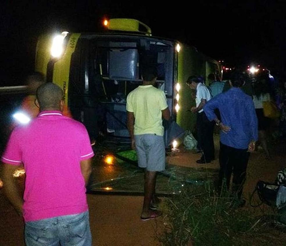Motorista perdeu controle da direção após homem surtar em ônibus na BR-116, no sudoeste da Bahia (Foto: Blog Marcos Frahm )