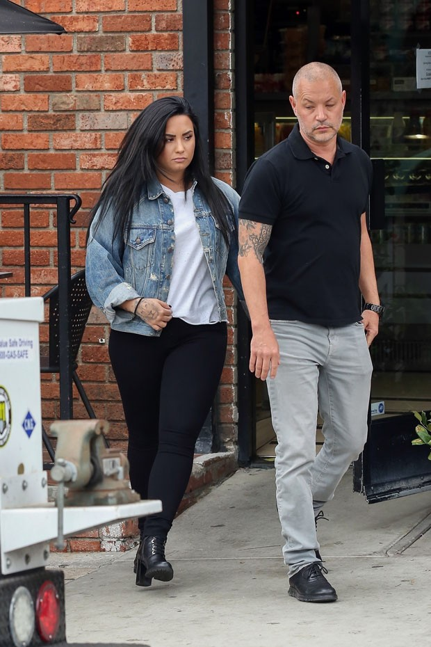 Los Angeles, CA  - Demi Lovato seen stopping for coffee after a workout in Los Angeles with her bodyguard. Demi who recently got out of rehab after OD'ing at her home earlier this year, looked to be healthy and back to her old self.Pictured: Demi Lovato (Foto: 4CRNS, WCP, Javiles / BACKGRID)