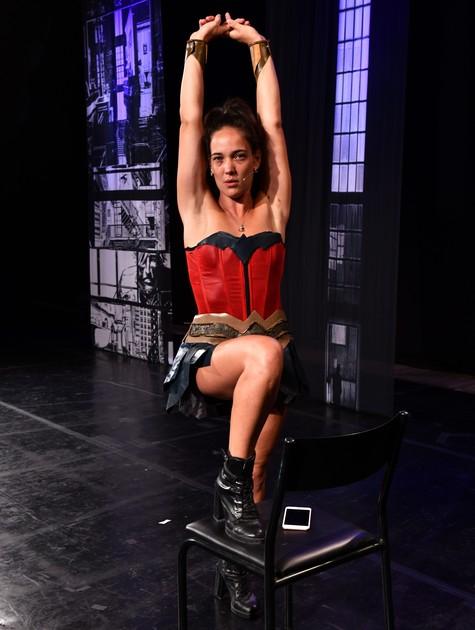Adriana Birolli na peça 'Heróis às avessas' (Foto: Cristina Granato)