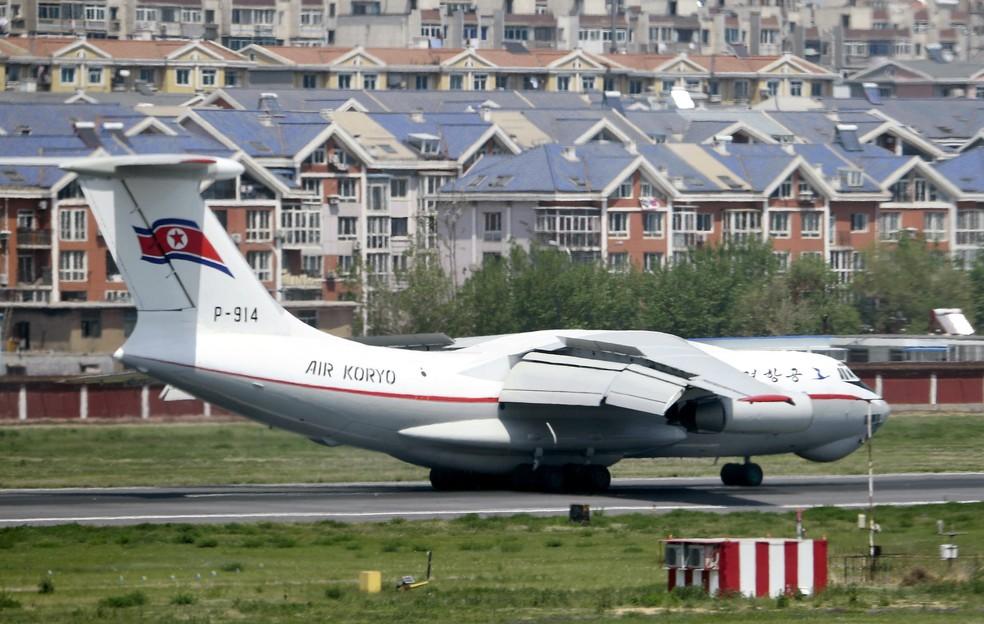 Avião da Coreia do Norte é visto em aeroporto em Dalian, na China (Foto: Minoru Iwasaki/Kyodo News via AP)