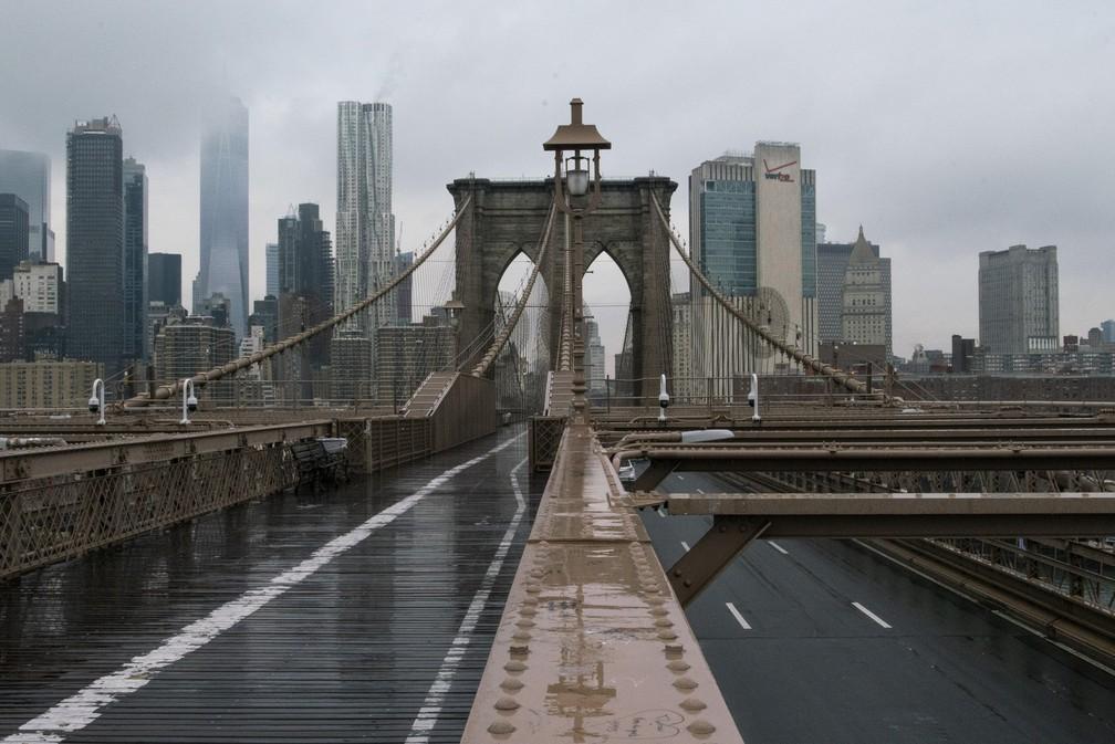 17 de março - A ponte do Brooklyn, em Nova York, é vista completamente vazia devido à epidemia do novo coronavírus (COVID-19) — Foto: Eduardo Munoz/Reuters