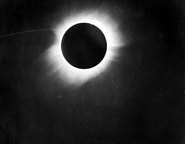 Eclipse solar total de Sobral (CE) (Foto: F. W. Dyson, A. S. Eddington, and C. Davidson/Wikimedia Commons)