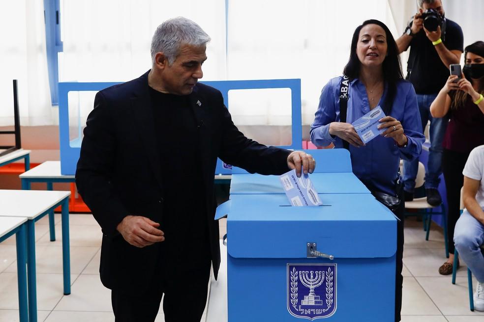 Yair Lapid, candidato do partido opositor Yesh Atid, vota em Tel Aviv para as eleições de Israel de 2021 — Foto: Corinna Kern/Reuters
