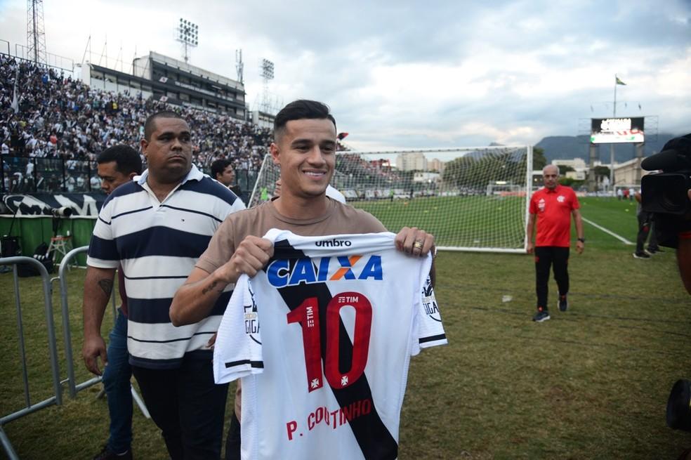Philippe Coutinho com a camisa do Vasco durante visita a São Januário (Foto: André Durão/GloboEsporte.com)