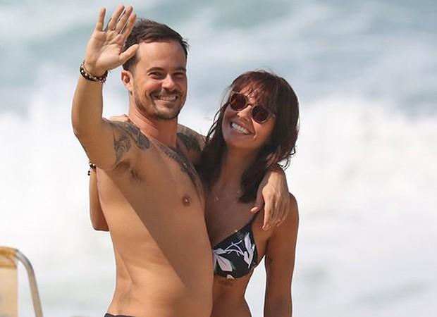 Paulinho Vilhena e Amanda Beraldi na Praia da Macumba no Rio de Janeiro (Foto: AgNews)