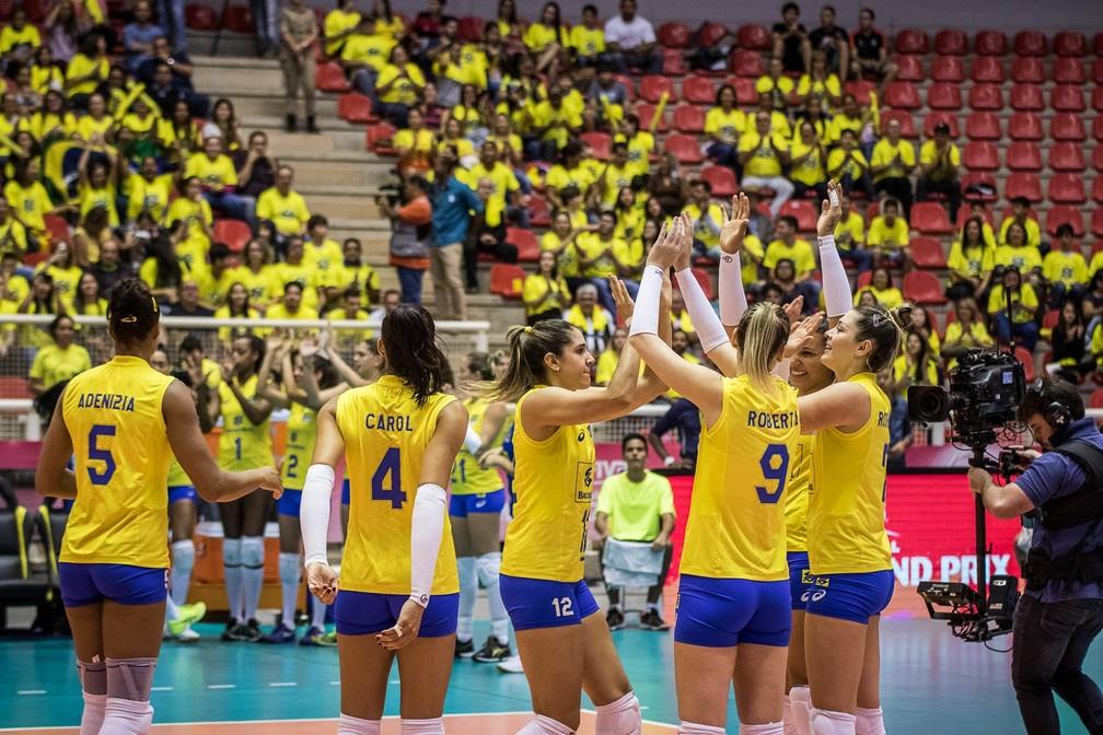 Brasil comemora a viória sobre a Bélgica no Grand Prix de vôlei (Foto: Reprodução Twitter)
