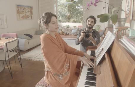 Luisa Arraes e Caio Blat mostram a sala da casa da atriz na Zona Sul do Rio de Janeiro. O episódio estrelado por eles vai ao ar nesta terça, 29 Divulgação