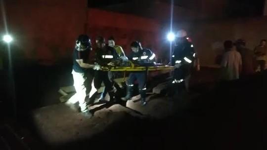 Menino que caiu em buraco de construção no interior de SP tentava pegar goma de mascar