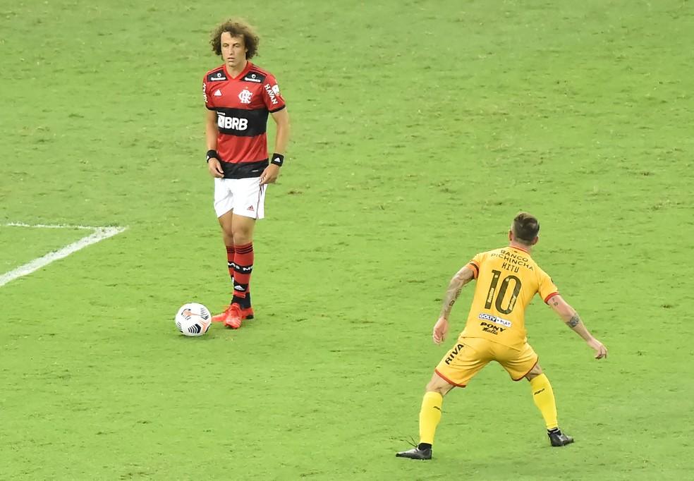 David Luiz ajudou o time a sair jogando pelo chão — Foto: André Durão