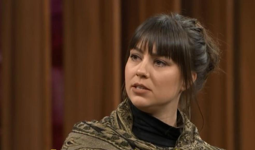 A coreógrafa holandesa Zahira Lienike Mous foi a única mulher que aceitou mostrar o rosto — Foto: TV Globo
