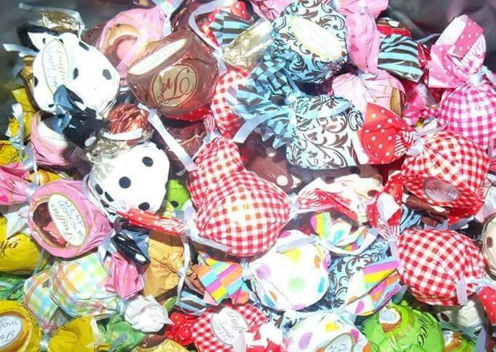 Maisa vende trufas de diversos sabores para custear o tratamento do filho com autismo (Foto: Maisa Machado / Arquivo Pessoal)